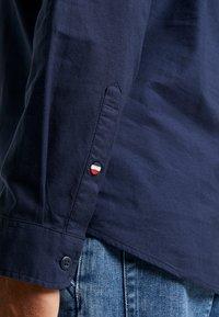 Tommy Jeans - COLLAR  - Vapaa-ajan kauluspaita - black iris - 3