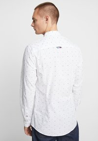 Tommy Jeans - COLORED DOBBY POPLIN  - Overhemd - classic white/multi-coloured - 2