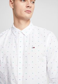 Tommy Jeans - COLORED DOBBY POPLIN  - Overhemd - classic white/multi-coloured - 4