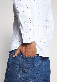 Tommy Jeans - NOVEL DOBBY POPLIN - Shirt - white/twilight navy - 4