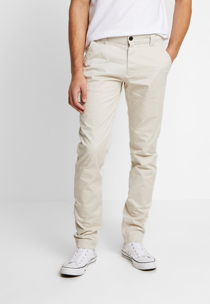 Tommy Jeans - SCANTON PANT - Chino - pumice stone