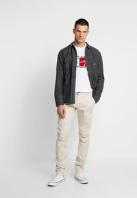 Tommy Jeans - SCANTON PANT - Chino - pumice stone - 1