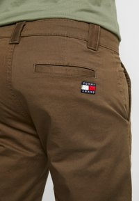 Tommy Jeans - SCANTON PANT - Chinot - canteen - 5