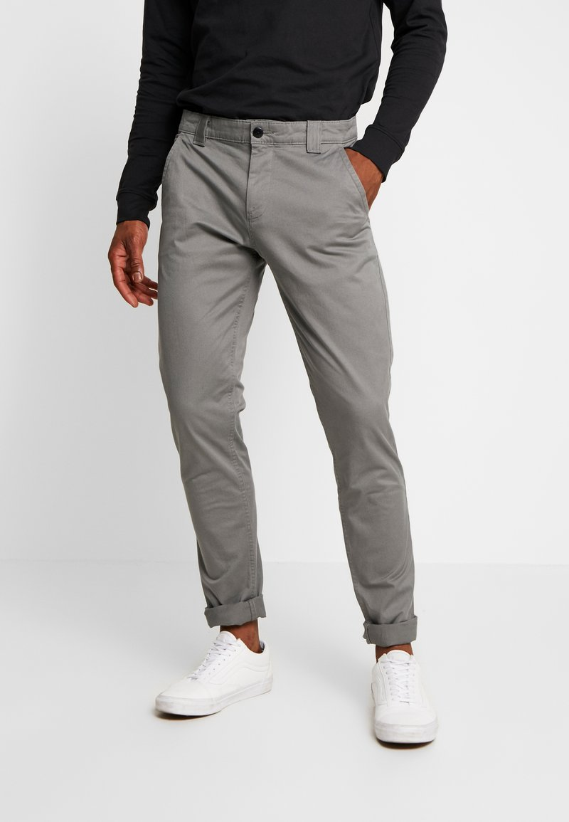 Tommy Jeans - SCANTON PANT - Chinosy - pewter