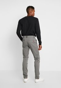 Tommy Jeans - SCANTON PANT - Chinosy - pewter - 2