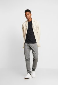 Tommy Jeans - SCANTON PANT - Chinosy - pewter - 1