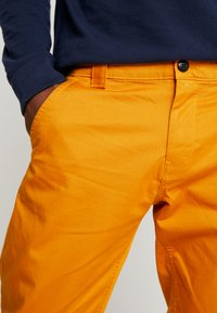 Tommy Jeans - SCANTON PANT - Chinot - inca gold - 4