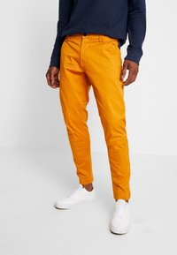 Tommy Jeans - SCANTON PANT - Chinot - inca gold - 0