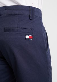 Tommy Jeans - SCANTON PANT - Chinosy - blue - 4