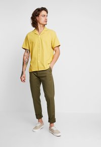 Tommy Jeans - SCANTON PANT - Chinosy - green - 1