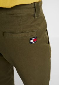 Tommy Jeans - SCANTON PANT - Chinosy - green - 5