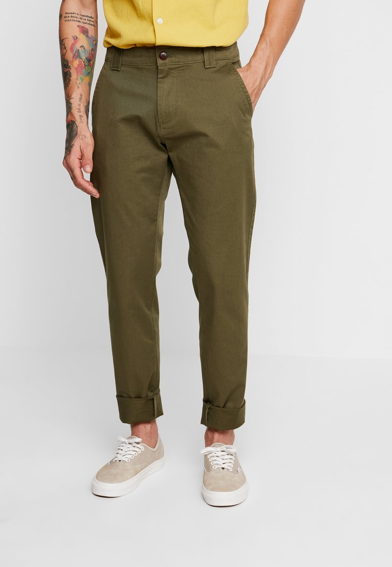 Tommy Jeans - SCANTON PANT - Chinosy - green