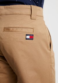 Tommy Jeans - SCANTON PANT - Chinot - brown - 4
