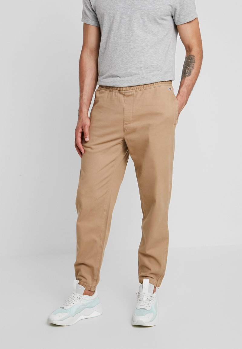 Tommy Jeans - CUFFED PANT - Trousers - tigers eye