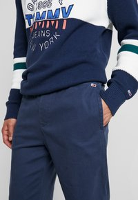 Tommy Jeans - CUFFED PANT - Spodnie materiałowe - black iris - 5