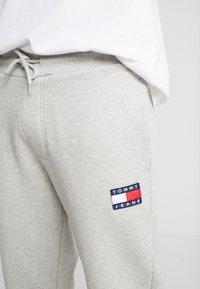 Tommy Jeans - BADGE PANT - Verryttelyhousut - grey - 5