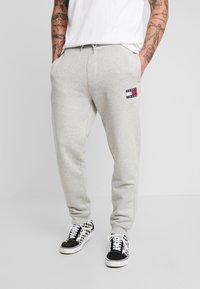 Tommy Jeans - BADGE PANT - Verryttelyhousut - grey - 0
