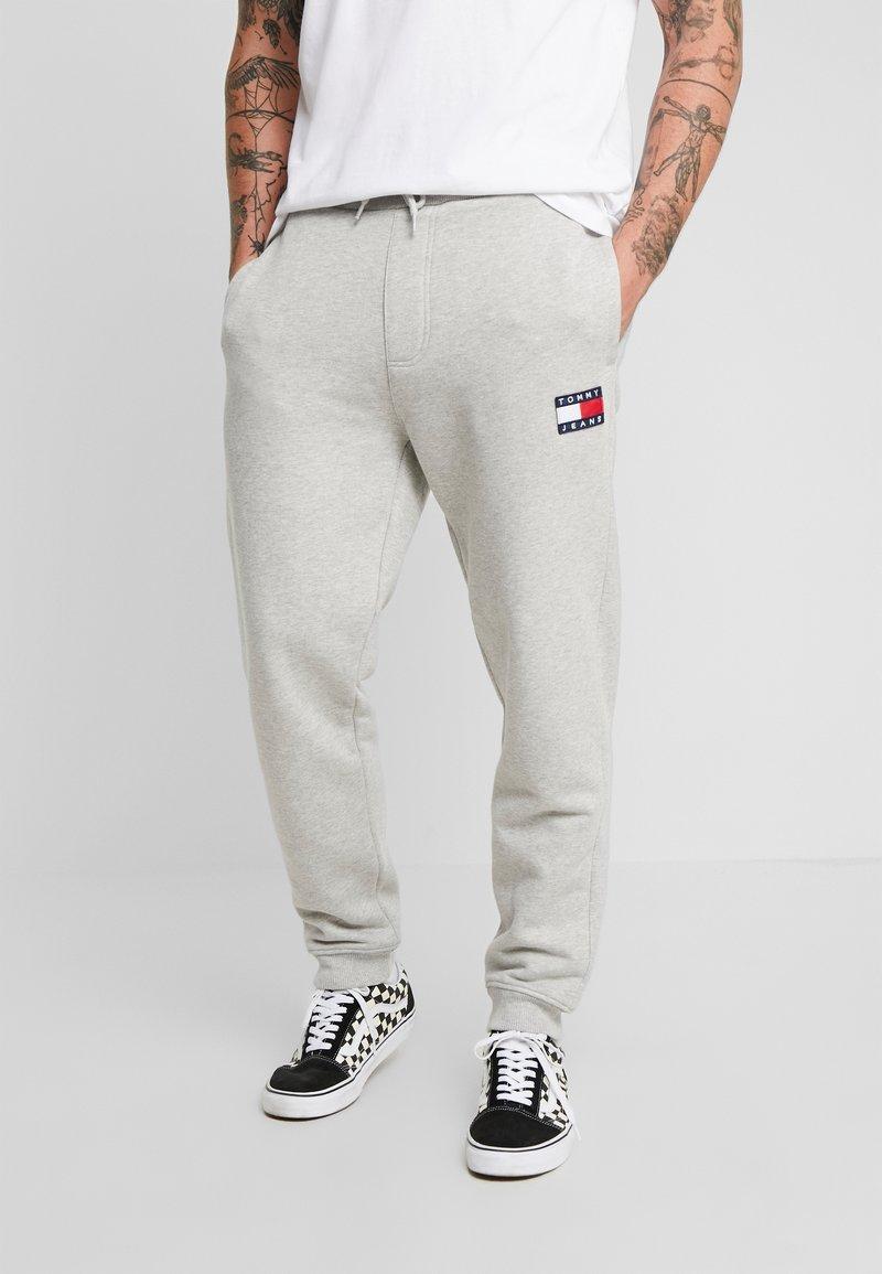 Tommy Jeans - BADGE PANT - Verryttelyhousut - grey