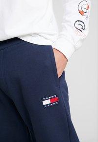 Tommy Jeans - BADGE PANT - Teplákové kalhoty - black iris - 4