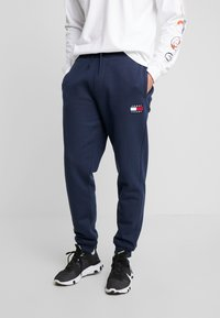 Tommy Jeans - BADGE PANT - Teplákové kalhoty - black iris - 0