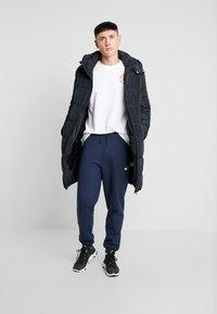 Tommy Jeans - BADGE PANT - Teplákové kalhoty - black iris - 1