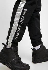 Tommy Jeans - TJM METALLIC BLOCK PANT - Teplákové kalhoty - black - 5