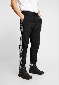 Tommy Jeans - TJM METALLIC BLOCK PANT - Trainingsbroek - black - 0