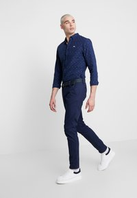Tommy Jeans - SCANTON DOBBY PANT - Pantaloni - black iris - 1