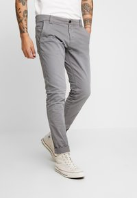 Tommy Jeans - SCANTON WASHED PANT - Chinosy - grey - 0