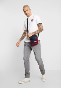 Tommy Jeans - SCANTON WASHED PANT - Chinosy - grey - 1