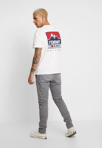 Tommy Jeans - SCANTON WASHED PANT - Chinosy - grey - 2