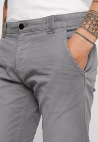 Tommy Jeans - SCANTON WASHED PANT - Chinosy - grey - 3