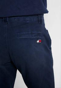 Tommy Jeans - SCANTON WASHED PANT - Chino kalhoty - dark blue - 4