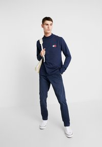 Tommy Jeans - SCANTON WASHED PANT - Chino kalhoty - dark blue - 1