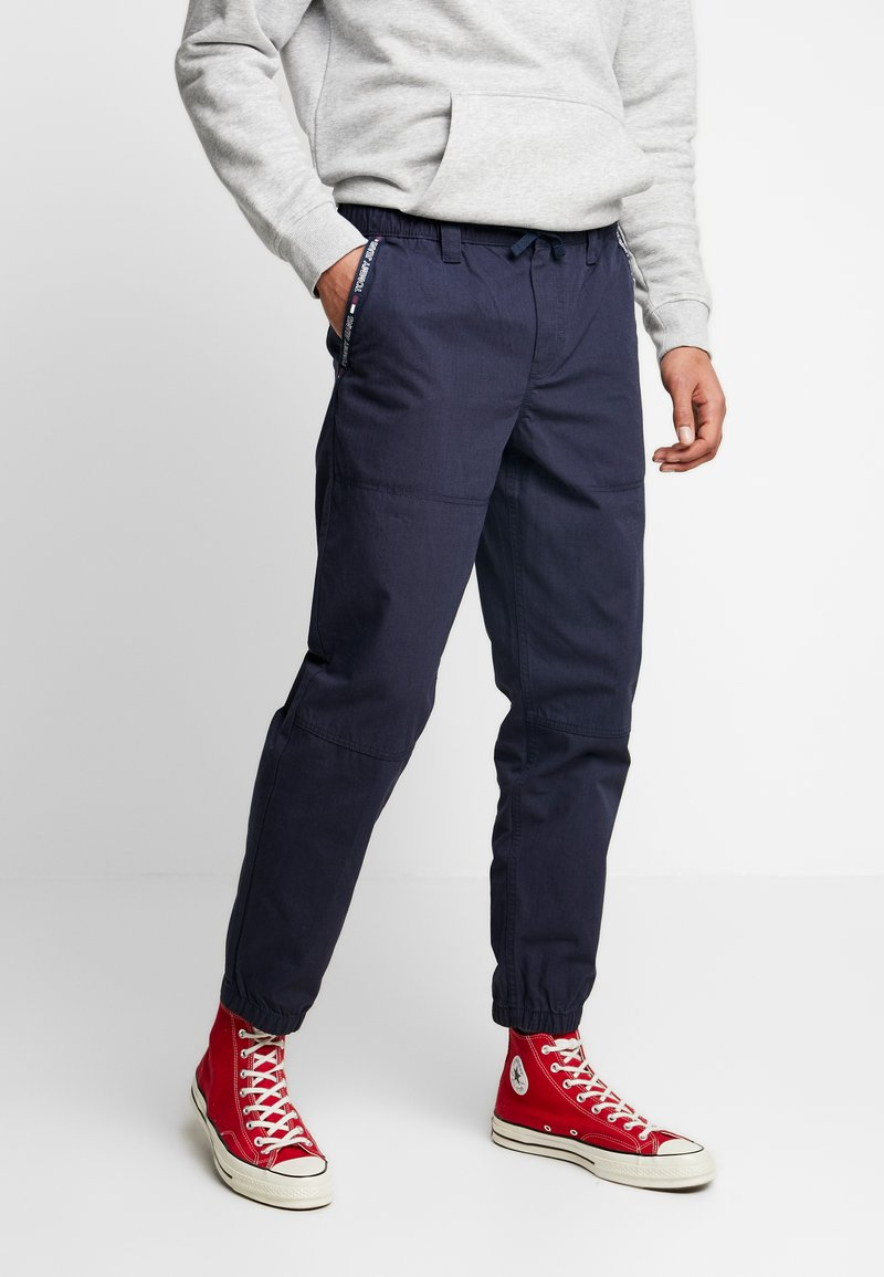 Tommy Jeans - PIECED JOG PANT - Trainingsbroek - black iris