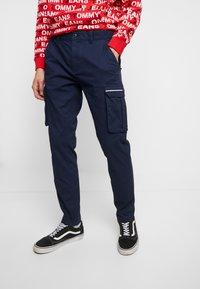 Tommy Jeans - DOBBY PANT - Pantalones cargo - black iris - 0