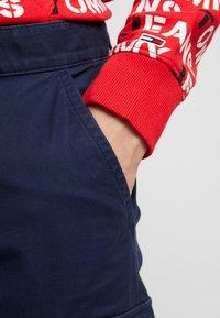 Tommy Jeans - DOBBY PANT - Pantalones cargo - black iris - 6