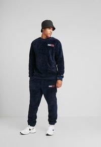 Tommy Jeans - PLUSH JOG PANT - Pantalones deportivos - black iris - 1