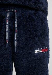 Tommy Jeans - PLUSH JOG PANT - Pantalones deportivos - black iris - 4