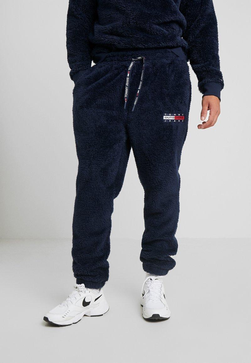 Tommy Jeans - PLUSH JOG PANT - Pantalones deportivos - black iris