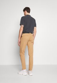 Tommy Jeans - TAPERED BELTED PANT - Chino - classic khaki - 2