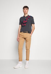 Tommy Jeans - TAPERED BELTED PANT - Chino - classic khaki - 1