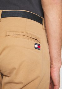 Tommy Jeans - TAPERED BELTED PANT - Chino - classic khaki - 3