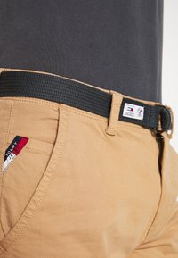 Tommy Jeans - TAPERED BELTED PANT - Chino - classic khaki - 5
