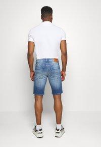 Tommy Jeans - SCANTON - Denim shorts - court mid - 2