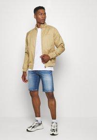 Tommy Jeans - SCANTON - Denim shorts - court mid - 1
