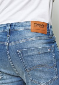 Tommy Jeans - SCANTON - Denim shorts - court mid - 4