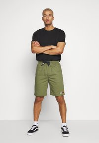 Tommy Jeans - BASKETBALL - Shorts - uniform olive - 1