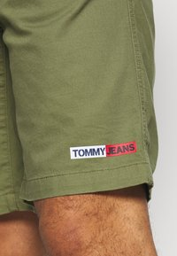 Tommy Jeans - BASKETBALL - Shorts - uniform olive - 4