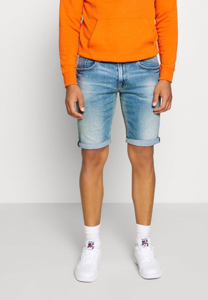 Tommy Jeans - RONNIE  - Denim shorts - barton light blue